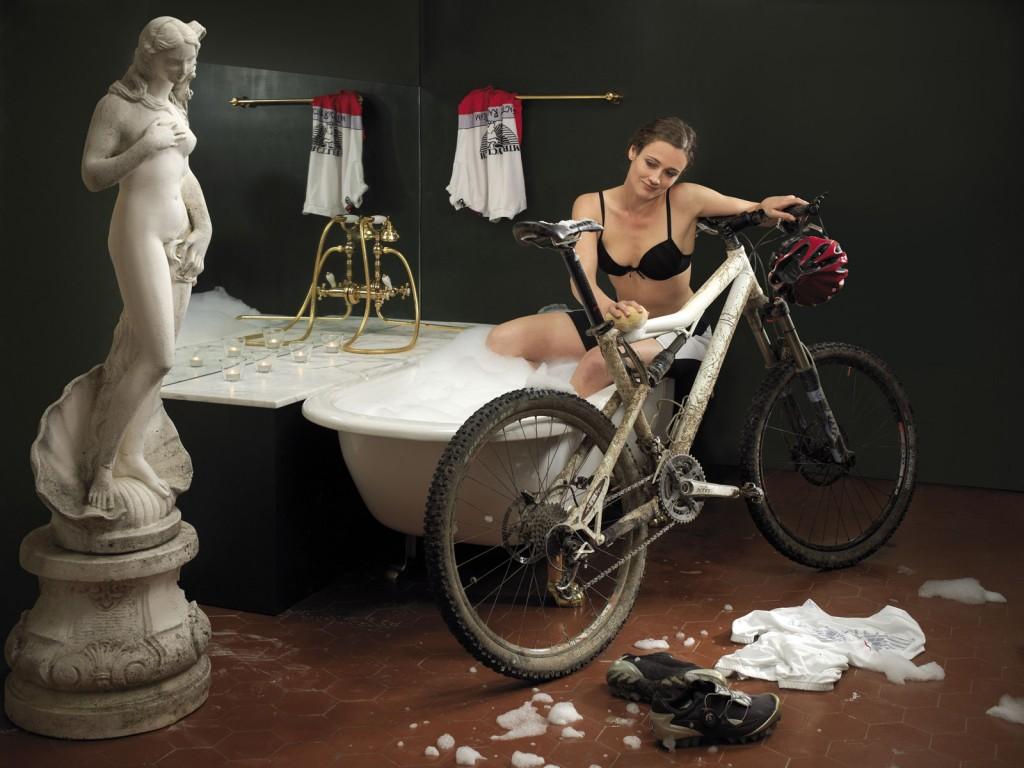 Девушка моет велосипед