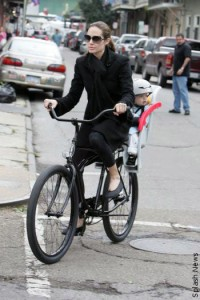 Анджелина Джоли и Брэд Питт на велосипеде