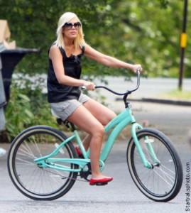 Торри Спеллинг на велосипеде