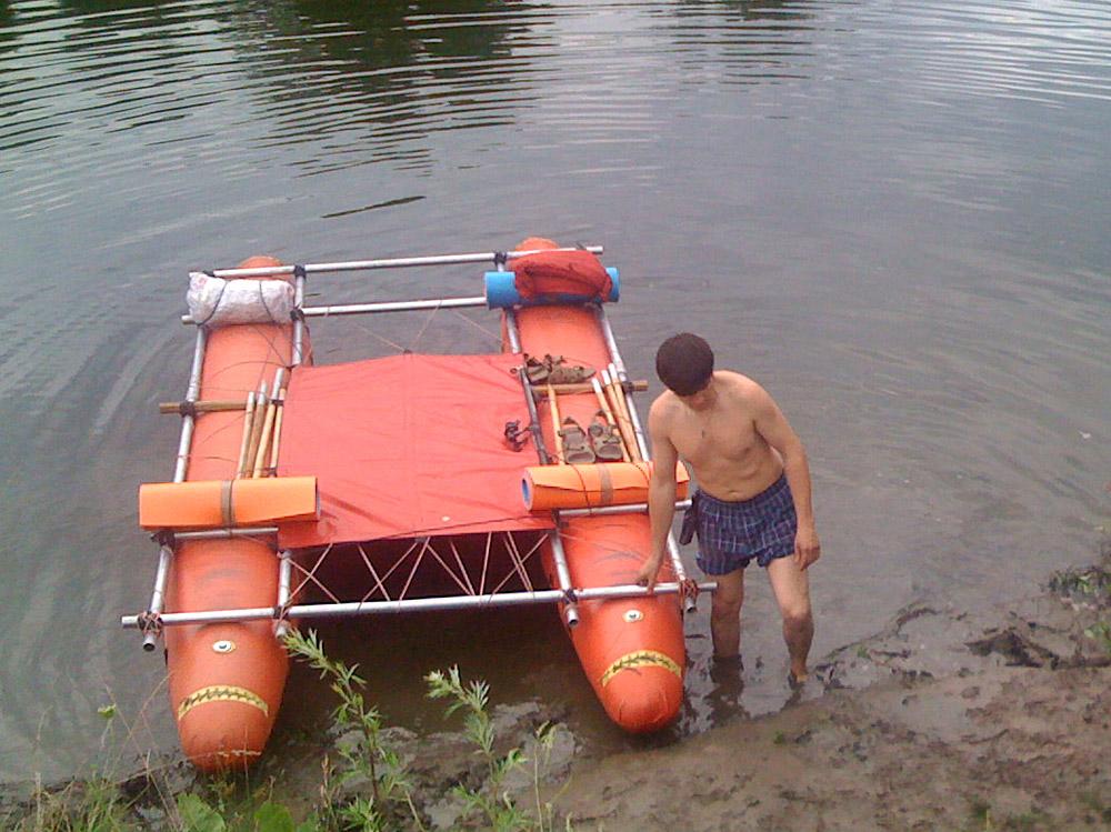 спуск туристического катамарана на воду
