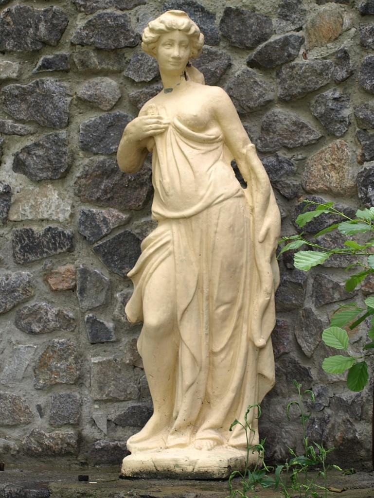 Стоит статуя, совсем без...