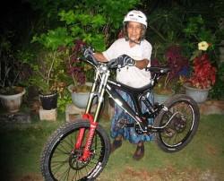 Сексуальная бабушка на велосипеде