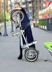 мама складывает велосипед