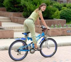 Сексуальная девушка на велосипеде