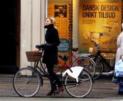 девушка и дорожный велосипед