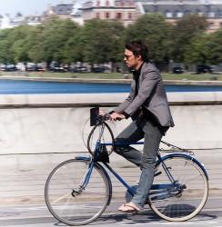 люди в строгих костюмах на велосипеде