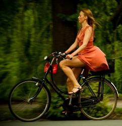 красотка на велосипеде