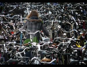 Девушка выбирает велосипед
