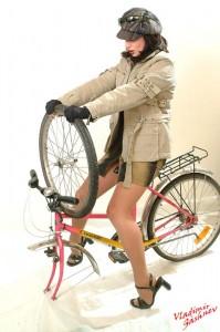эротичная девушка и велосипед