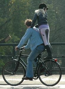 Велосипед и девушка на ездница