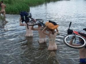 Группа велосипедных туристов