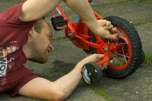 Большой ремонтник маленького велосипеда