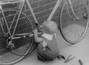 Маленький ремонтник велосипедов