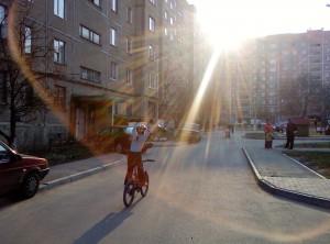 на велосипеде без рук