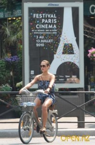Джессика Альба на велосипеде в Париже