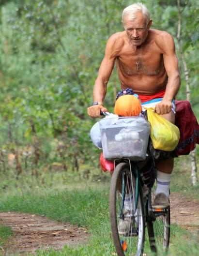 Сало, овощи, фрукты и обычный дорожный велосипед Lisai2