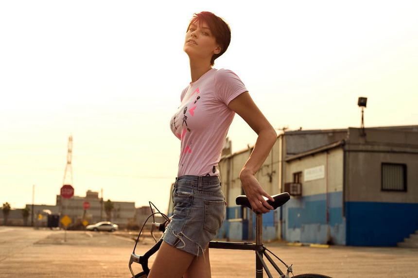 красавица с велосипедом