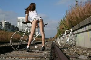 Красивая девушка на велосипеде фиксед