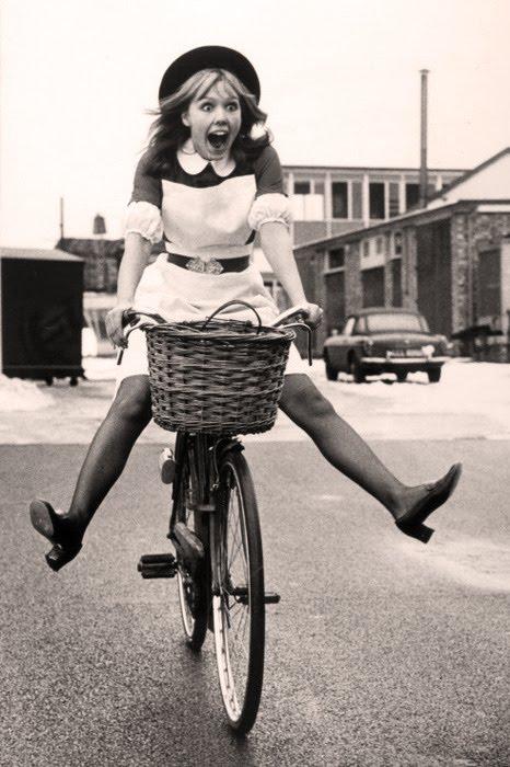 Эмоции девушки на велосипеде bike-girl