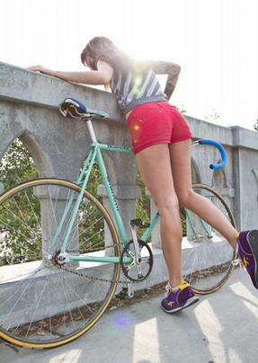 красивая девушка и велосипед