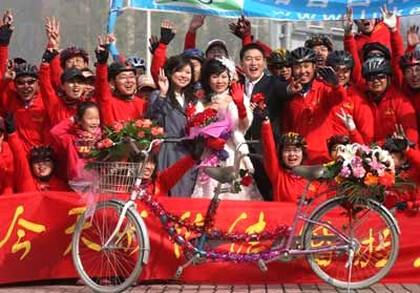 Китай, свадебное фото на фоне велосипеда