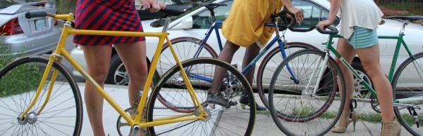 Девушки с ногами на велосипеде
