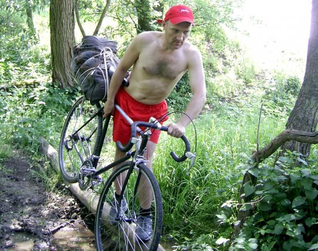 Велосипедный фигурист на бревне