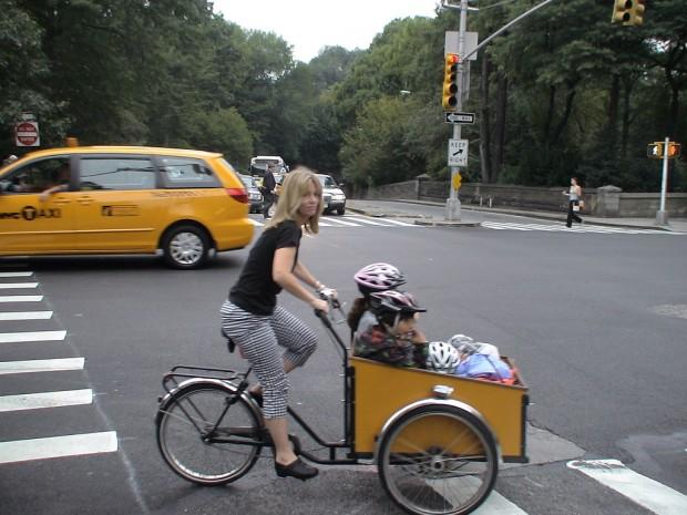 Женщина на велосипеде с детьми bike girl