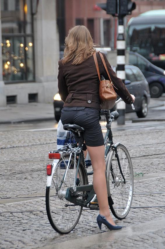 Женщина с велосипедом