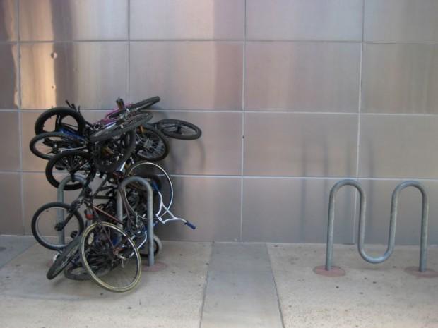 стихийная велосипедная парковка