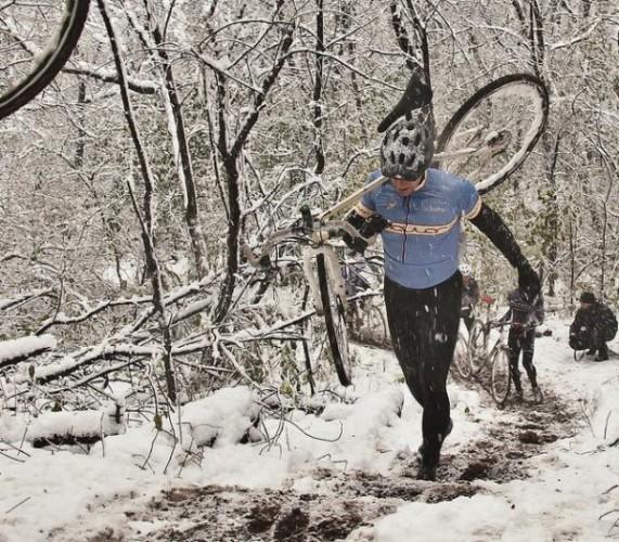 зимний велосипед и зимний велосипедист