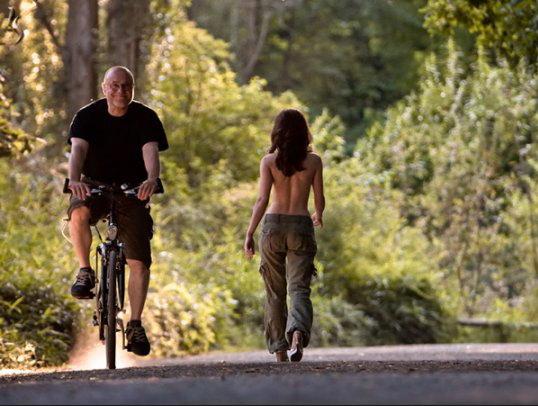 велосипедист и голая девушка bike