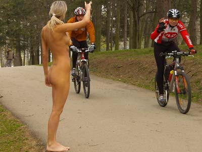 девушка и велосипедисты