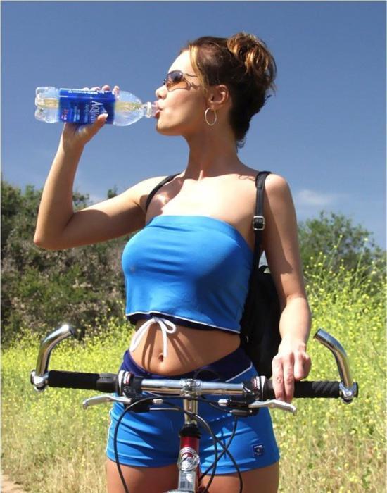 девушка на велосипеде и питьевой режим