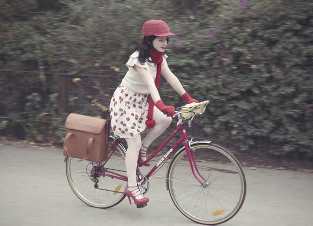 Девушка на велосипеде Европа