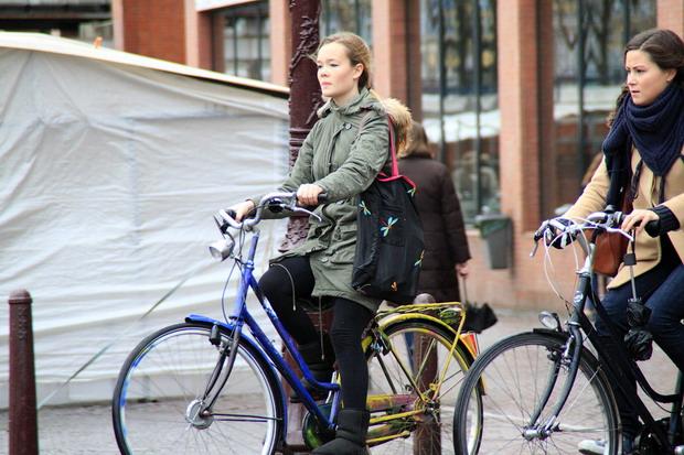 Девушки на велосипеде Европа