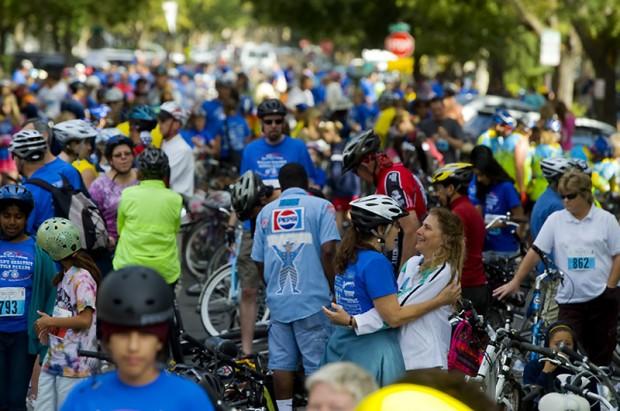 велосипедисты которые едут один за другим