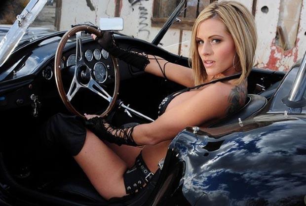 Голая девушка в машине