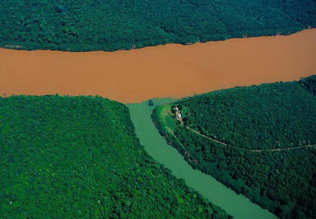 Слияние реки Уругвай с ее притокой. Провинция Мисьонес что в Аргентине