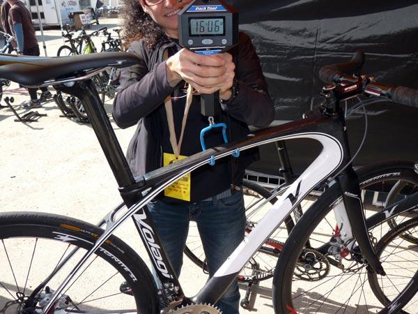 шоссейный велосипед с дисковыми тормозами — взвешивание