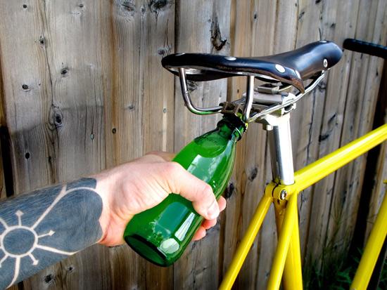 Велосипедный гаджет для открывания бутылки
