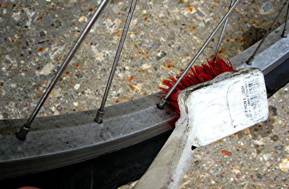 Чистка велосипеда зубной щеткой — обода