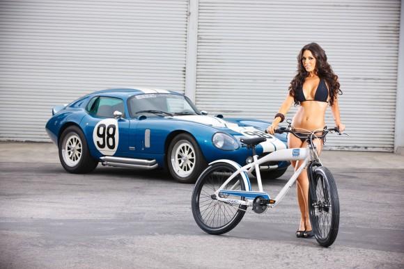 Велосипед Shelby Cruiser и девушка