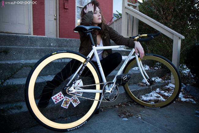Девушка на велосипеде фиксед