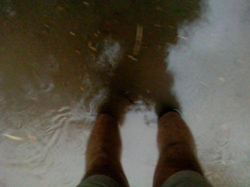 Винница, дождь, вода пытается достигнуть колена