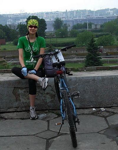 девушка Алиса на велосипеде