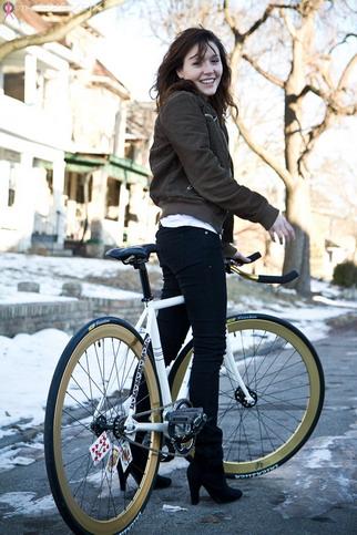 Красивая девушка на велосипеде зимой