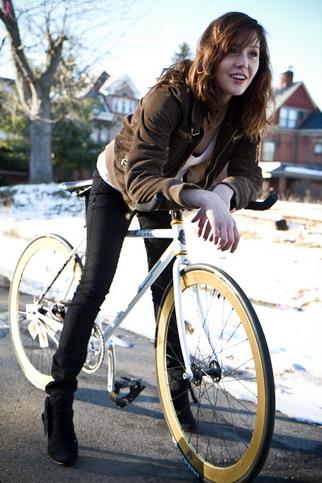 Красивая девушка на велосипеде