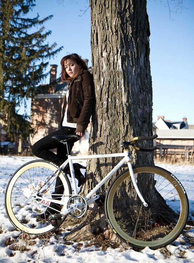 Девушка на велосипеде зимой
