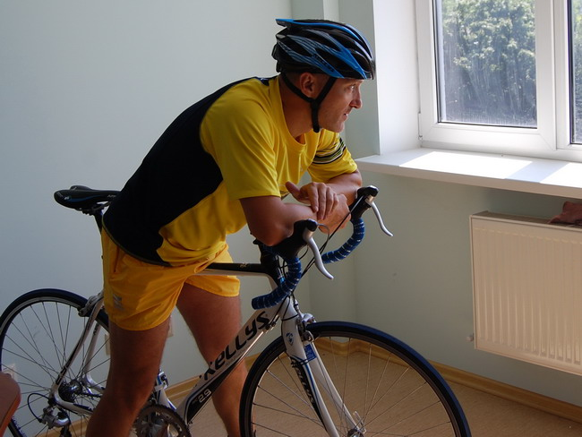 велосипедный шлем Kelly's Roket вид сбоку и велосипед Kelly's  ARC 2.9